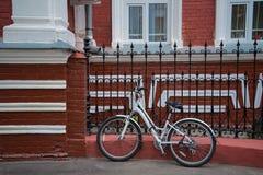La bici vicino alla casa rossa Fotografia Stock Libera da Diritti