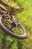 La bici vieja miente de lado en la tierra en verano al mediodía foto de archivo libre de regalías