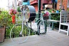 La bicicleta adorna para cultivar un huerto Fotos de archivo