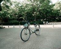 La bicicleta alrededor del caslte de Osaka imagen de archivo libre de regalías