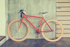 La bicicleta anaranjada parqueada adorna estilo moderno de la sala de estar interior Fotografía de archivo