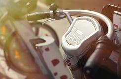 La bicicleta de alquiler coge la estación en la calle de la ciudad Foto de archivo libre de regalías