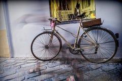 La bicicleta parqueó en la calle, silueta borrosa Imagen de archivo