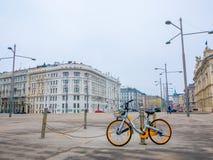 La bicicleta parqueó en fondo del paisaje urbano en Viena, Austria Estación del invierno imagen de archivo libre de regalías
