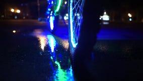 La bicicleta que brilla intensamente se refleja en el agua Apoyos para Halloween Ascendente cercano de la rueda almacen de metraje de vídeo