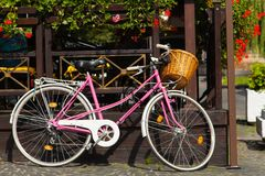 La bicicleta rosada parqueada adorna el interior Fotos de archivo