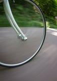 La bicicleta rueda adentro el movimiento Imagen de archivo libre de regalías