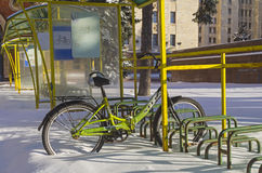 La bicicleta sola se fue en todo el invierno en el estacionamiento de la bicicleta Imágenes de archivo libres de regalías