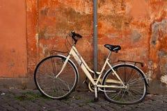 La bicicleta vieja del desplome le gusta el símbolo para la atención en la calle en Roma foto de archivo