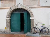 La bicicletta ad una parete fotografia stock libera da diritti