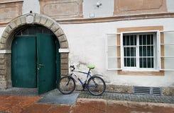 La bicicletta ad una parete fotografia stock