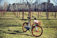 La bicicletta elettrica parcheggiata in un parco che aspetta macera fotografie stock libere da diritti