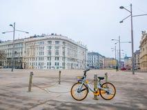 La bicicletta ha parcheggiato sul fondo di paesaggio urbano a Vienna, Austria Stagione di inverno immagini stock libere da diritti