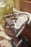La bicicletta locativa prende la stazione nella via della città Fotografie Stock Libere da Diritti