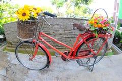 La bicyclette avec les fleurs artificielles photo libre de droits