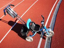 La bicyclette des enfants avec trois roues, de petites roues peut être enlevée image stock