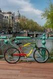 La bicyclette peinte se tient sur le pont Photographie stock libre de droits