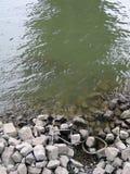 La bicyclette reste dans un fleuve photographie stock libre de droits