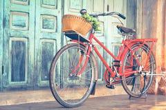 La bicyclette rouge de hippie dans le vieux bâtiment mure le fond Photo libre de droits