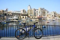 La bicyclette s'est penchée contre les balustrades noires dans St Julians, Malte Images libres de droits