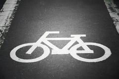 La bicyclette se connectent un processus en arrière plan de rue dans le rétro style de vintage Images libres de droits