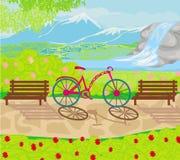 La bicyclette se tient en parc entre les bancs Image stock