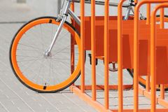 La bicyclette se tient sur le parc orange de bicyclette Photographie stock libre de droits