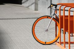 La bicyclette se tient sur le parc orange de bicyclette Photo libre de droits