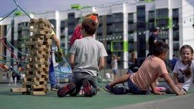 La Bielorussia, Minsk - agosto 2018 - vita dei bambini in una città moderna - gioco di bambini sul campo da giuoco avanzato vicin archivi video