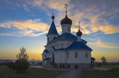 La Bielorussia, Minsk: st ortodossa Nicholas Church in fasci del tramonto Immagini Stock