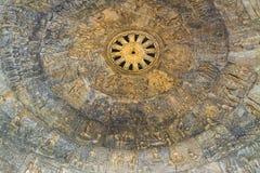 La biografía de Buda en un hermoso talla el techo en el wat Dhammamon Fotografía de archivo