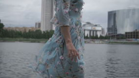 La bionda cammina intorno alla città lungo il fiume archivi video