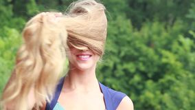 La bionda con bei capelli lunghi in natura stock footage