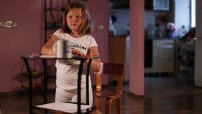 La bionda della bambina disegna con le matite archivi video