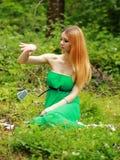 La bionda emozionale, carte del gioco, getta le carte sull'erba Fotografia Stock Libera da Diritti