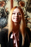 La bionda fine con capelli lunghi ride alla macchina fotografica Immagine Stock Libera da Diritti