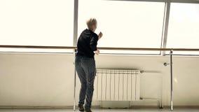 La bionda prende le immagini di bello castana caucasico in una stanza bianca video d archivio