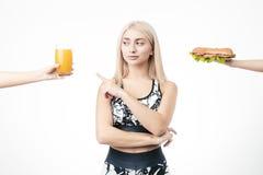 La bionda sportiva rifiuta gli alimenti a rapida preparazione fotografia stock libera da diritti