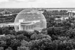 La biosphère à Montréal - molécule de Buckminster-Fullerine - dans le monochrome images stock