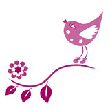 La birdie se repose sur le branchement et chante. Image libre de droits