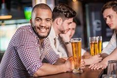 La birra è la migliore bevanda per gli uomini Altri tre uomini bevendo birra Immagine Stock