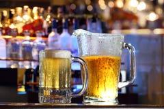 La birra è servito ad una barra Fotografie Stock Libere da Diritti