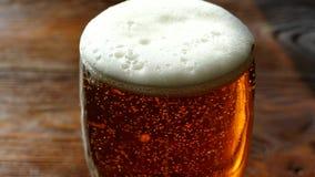 La birra è versata in un vetro/vetro Luce, bevanda a scarso tasso di alcol di colore giallo Belle bolle di una bevanda gassosa video d archivio