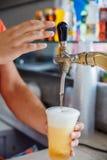 La birra alla spina versa Fotografia Stock