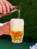 La birra da un vetro di birra della bottiglia da birra è versata Immagine Stock Libera da Diritti