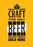 La birra del mestiere ha venduto qui l'insegna ruvida Concetto di progetto dell'illustrazione della bevanda dell'artigiano di vet Fotografie Stock Libere da Diritti