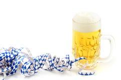 La birra di Oktoberfest con la bandiera bavarese ha strutturato la fiamma del partito Immagine Stock Libera da Diritti