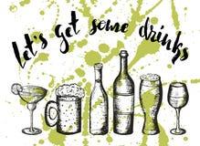 La birra, il cocktail ed il vino sulle macchie verdi, segnanti lascia per ottenere alcune bevande Immagini Stock