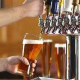 La birra versa Immagine Stock