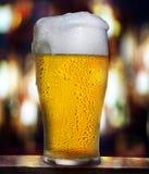 La birra versa Fotografia Stock